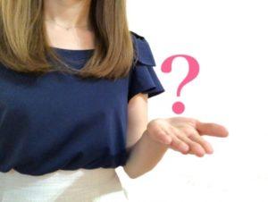 疑問を投げる女性の写真画像