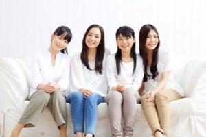 若いシェアハウスの4人の女性の写真画像
