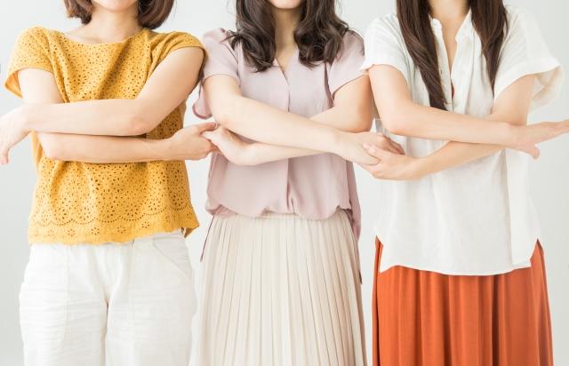 手をつなぐ女性:3人:顔なし:世代:写真画像