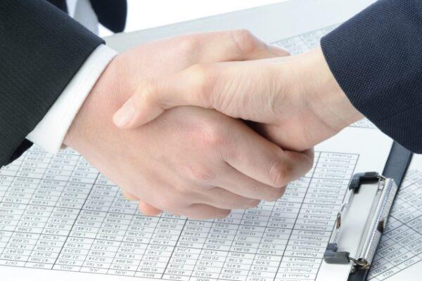 握手する人の写真・画像