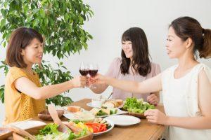 パーティーやイベント:女性:乾杯:写真画像