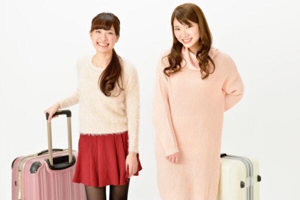 キャリーバッグを持った女性二人の写真画像