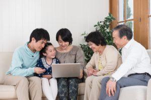 多世代でパソコンを見る写真画像